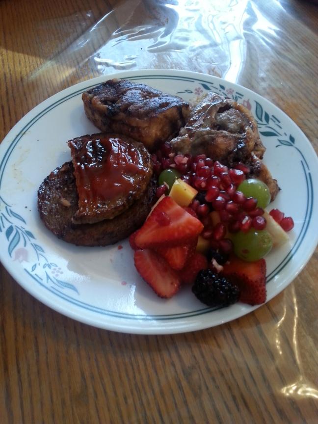 """""""Sausage Patty"""" (sorte de saucisse au porc sous forme plate) accompagnés de """"Cinnamon Buns"""" (Roulés à la cannelle) et fruits"""