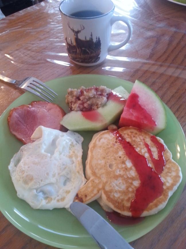 Jambon, oeuf, pancake, fruit, gruau